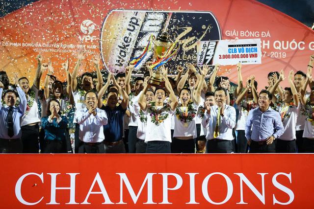 CLB Hà Nội tưng bừng nâng cúp vô địch V.League 2019 - Ảnh 4.