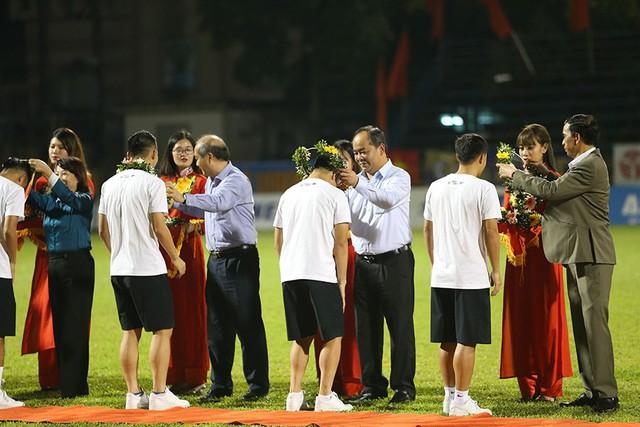CLB Hà Nội tưng bừng nâng cúp vô địch V.League 2019 - Ảnh 1.