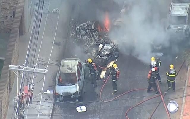 Máy bay rơi xuống đường phố tại Brazil, ít nhất 3 người thiệt mạng - Ảnh 1.