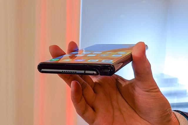 Huawei cho người dùng đặt mua smartphone Mate X với giá 2.400 USD - Ảnh 1.