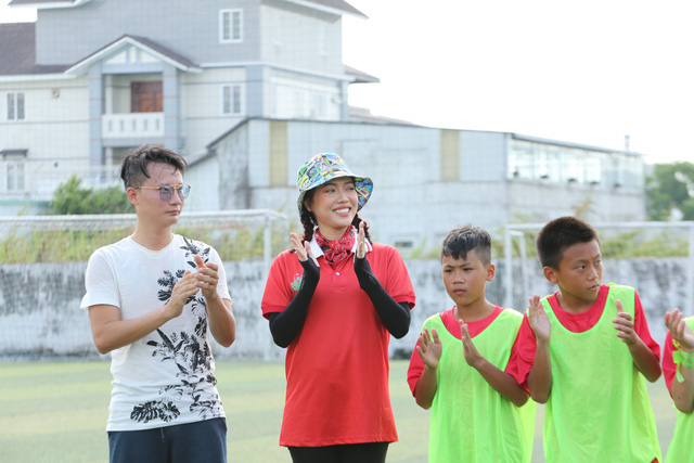 Cầu thủ nhí 2019: Diệu Nhi nhận 17 cầu thủ nhí làm con nuôi - Ảnh 1.