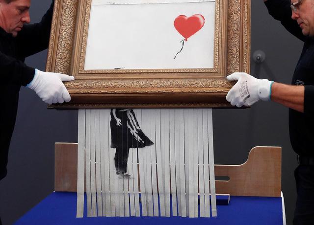 Giá kỷ lục cho bức tranh sơn dầu của danh họa Banksy - Ảnh 2.