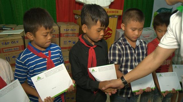 Quỹ Tấm lòng Việt trao học bổng hỗ trợ học sinh nghèo vượt khó tỉnh Thanh Hóa - Ảnh 3.