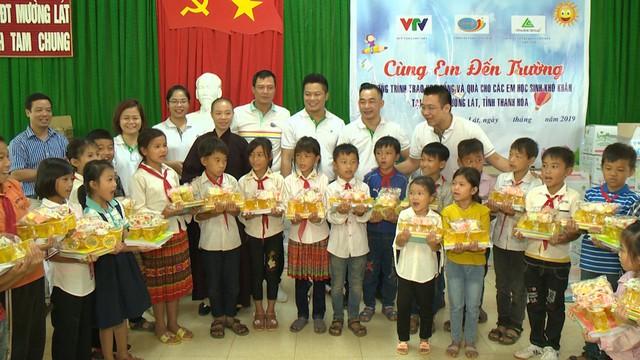 Quỹ Tấm lòng Việt trao học bổng hỗ trợ học sinh nghèo vượt khó tỉnh Thanh Hóa - Ảnh 1.