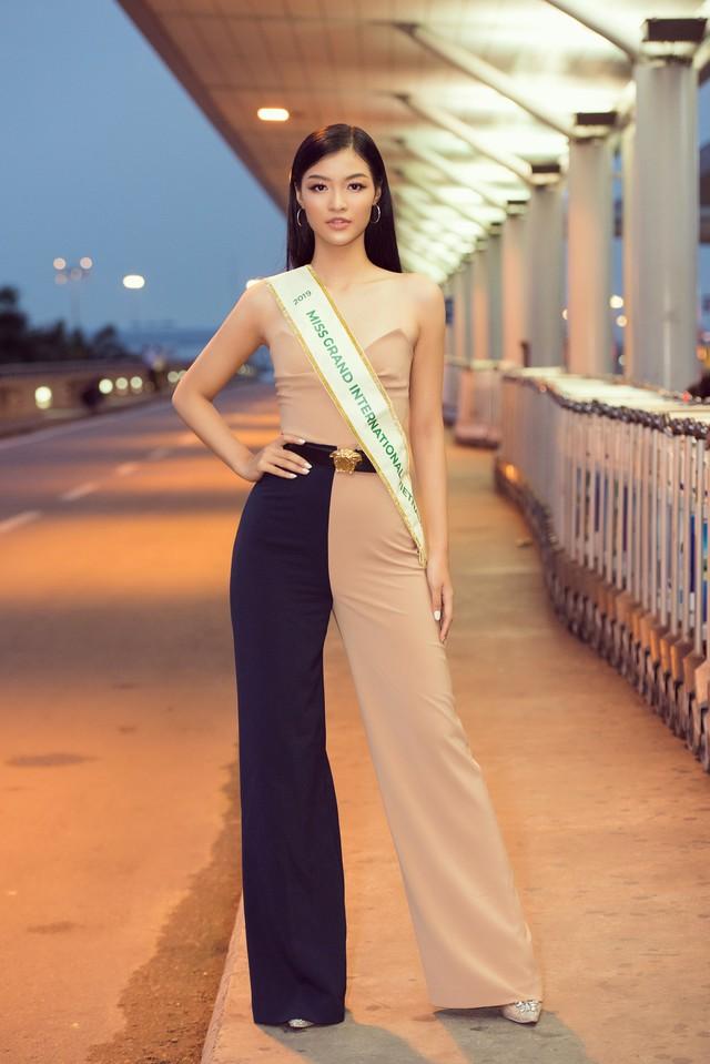 Kiều Loan tự tin catwalk giữa sân bay trước giờ lên đường thi Miss Grand International - Ảnh 12.