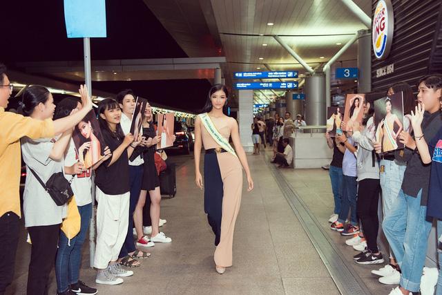 Kiều Loan tự tin catwalk giữa sân bay trước giờ lên đường thi Miss Grand International - Ảnh 1.