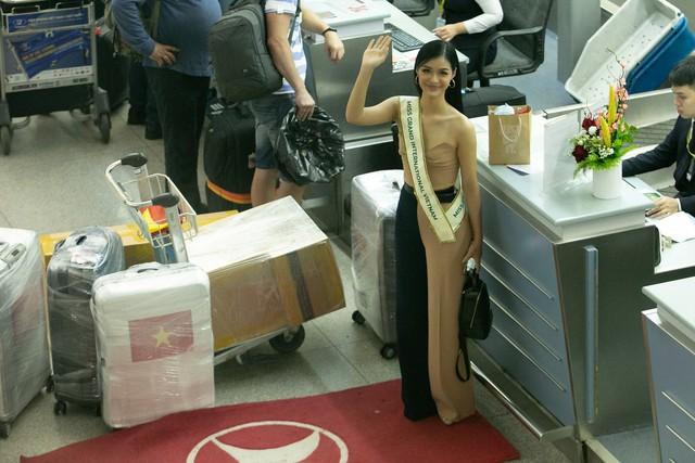 Kiều Loan tự tin catwalk giữa sân bay trước giờ lên đường thi Miss Grand International - Ảnh 14.