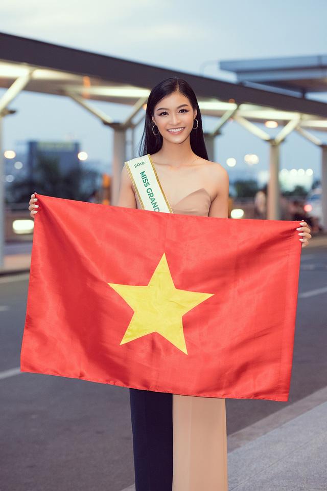 Kiều Loan tự tin catwalk giữa sân bay trước giờ lên đường thi Miss Grand International - Ảnh 9.