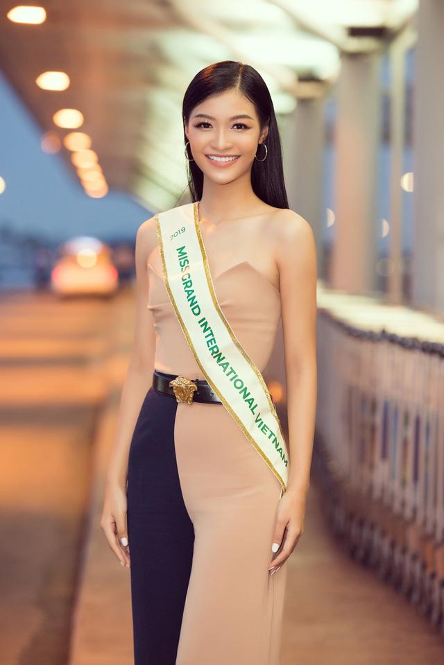 Kiều Loan tự tin catwalk giữa sân bay trước giờ lên đường thi Miss Grand International - Ảnh 11.