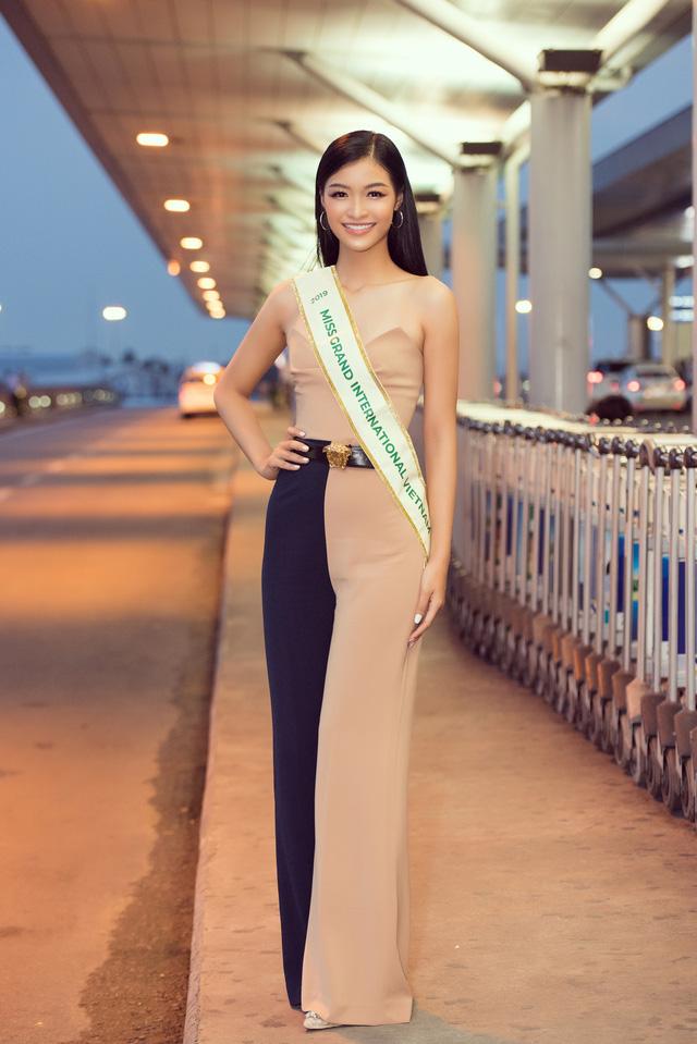 Kiều Loan tự tin catwalk giữa sân bay trước giờ lên đường thi Miss Grand International - Ảnh 10.