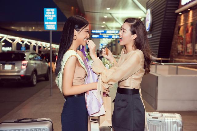 Kiều Loan tự tin catwalk giữa sân bay trước giờ lên đường thi Miss Grand International - Ảnh 6.