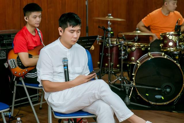 Trước tin đồn ly hôn, Hồ Hoài Anh vẫn đeo nhẫn cưới miệt mài tập luyện tới đêm cùng Khắc Việt - Ảnh 5.