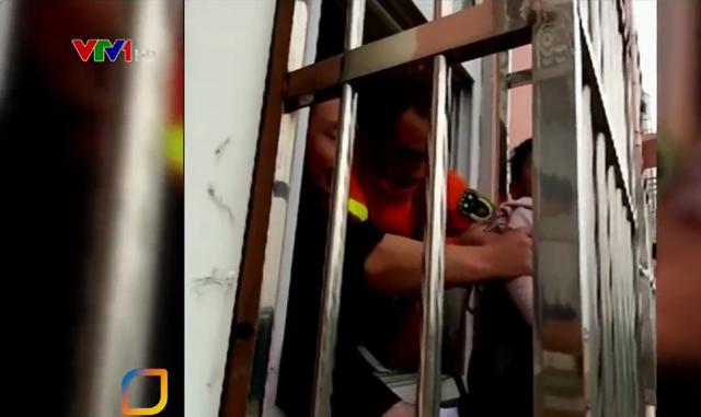 Trung Quốc: Giải cứu bé trai mắc kẹt trên cửa sổ tầng 4 - Ảnh 1.