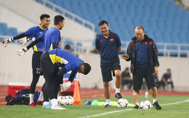 ẢNH: ĐT Việt Nam tập làm quen sân Mỹ Đình, sẵn sàng cho trận gặp ĐT Malaysia - Ảnh 14.