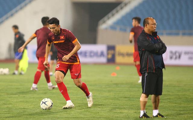 ẢNH: ĐT Việt Nam tập làm quen sân Mỹ Đình, sẵn sàng cho trận gặp ĐT Malaysia - Ảnh 1.