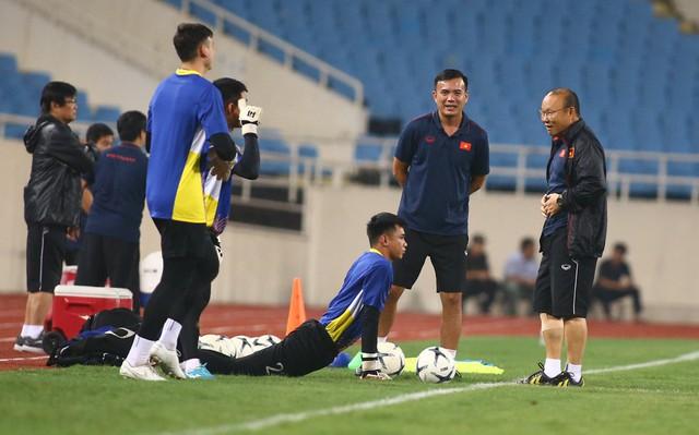 ẢNH: ĐT Việt Nam tập làm quen sân Mỹ Đình, sẵn sàng cho trận gặp ĐT Malaysia - Ảnh 11.