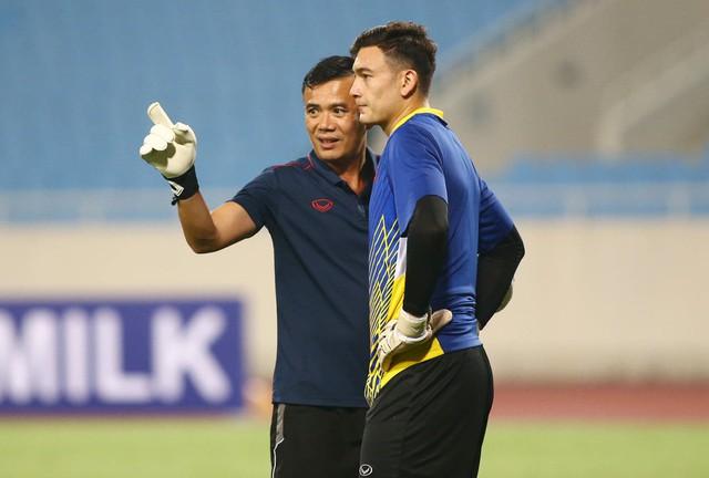 ẢNH: ĐT Việt Nam tập làm quen sân Mỹ Đình, sẵn sàng cho trận gặp ĐT Malaysia - Ảnh 7.