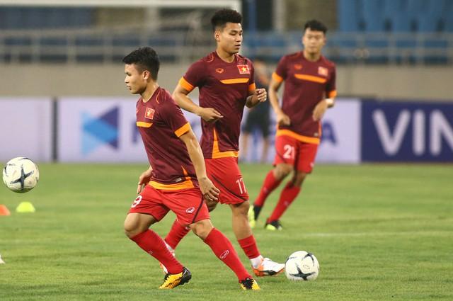 ẢNH: ĐT Việt Nam tập làm quen sân Mỹ Đình, sẵn sàng cho trận gặp ĐT Malaysia - Ảnh 5.
