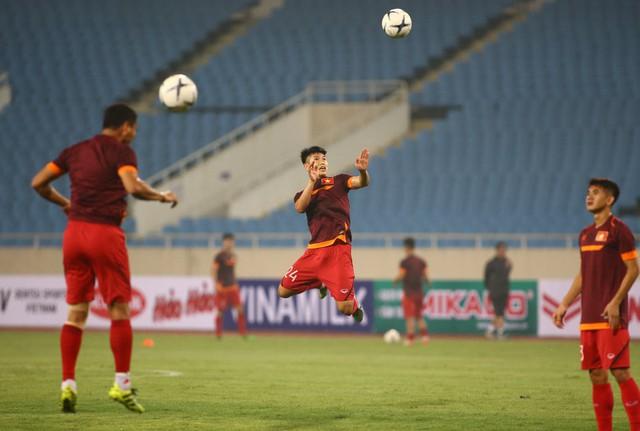 ẢNH: ĐT Việt Nam tập làm quen sân Mỹ Đình, sẵn sàng cho trận gặp ĐT Malaysia - Ảnh 3.