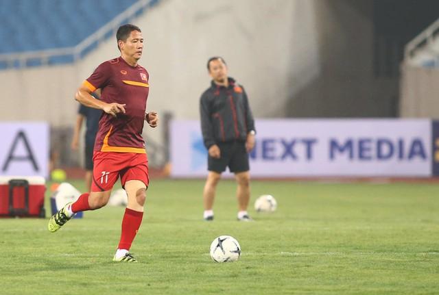 ẢNH: ĐT Việt Nam tập làm quen sân Mỹ Đình, sẵn sàng cho trận gặp ĐT Malaysia - Ảnh 2.