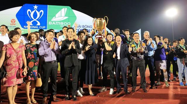 ẢNH: CLB Hà Nội ăn mừng danh hiệu vô địch Cúp Quốc gia đầu tiên trong lịch sử đội bóng - Ảnh 1.