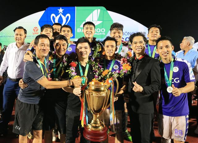 ẢNH: CLB Hà Nội ăn mừng danh hiệu vô địch Cúp Quốc gia đầu tiên trong lịch sử đội bóng - Ảnh 2.
