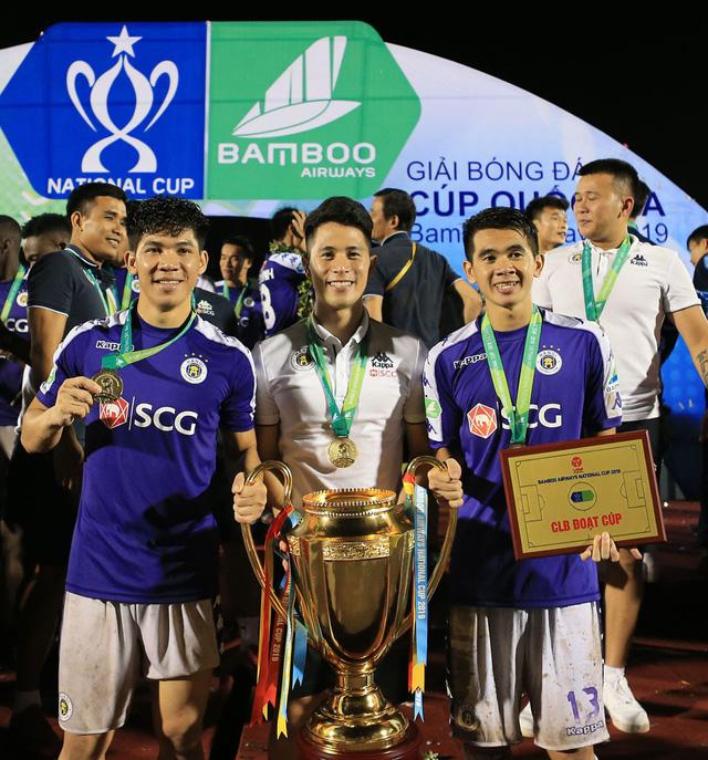 ẢNH: CLB Hà Nội ăn mừng danh hiệu vô địch Cúp Quốc gia đầu tiên trong lịch sử đội bóng - Ảnh 3.