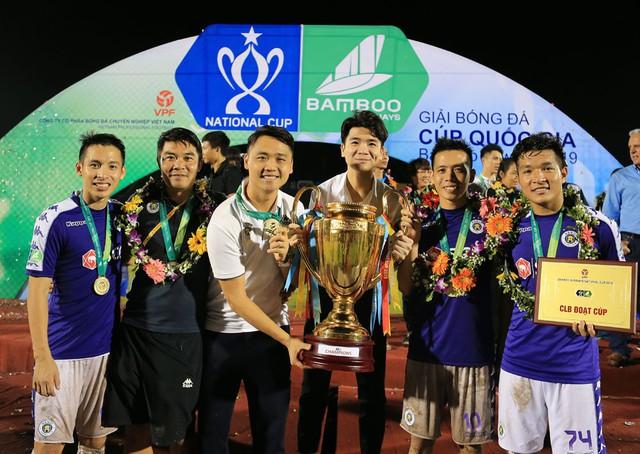 ẢNH: CLB Hà Nội ăn mừng danh hiệu vô địch Cúp Quốc gia đầu tiên trong lịch sử đội bóng - Ảnh 8.