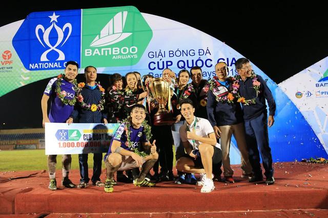 ẢNH: CLB Hà Nội ăn mừng danh hiệu vô địch Cúp Quốc gia đầu tiên trong lịch sử đội bóng - Ảnh 4.