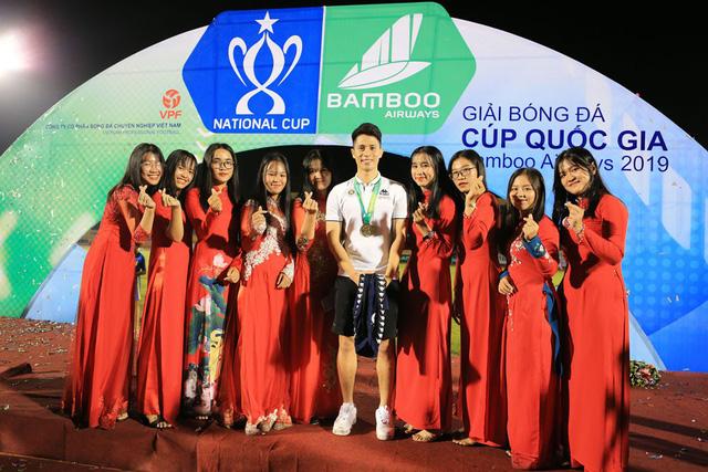 ẢNH: CLB Hà Nội ăn mừng danh hiệu vô địch Cúp Quốc gia đầu tiên trong lịch sử đội bóng - Ảnh 16.