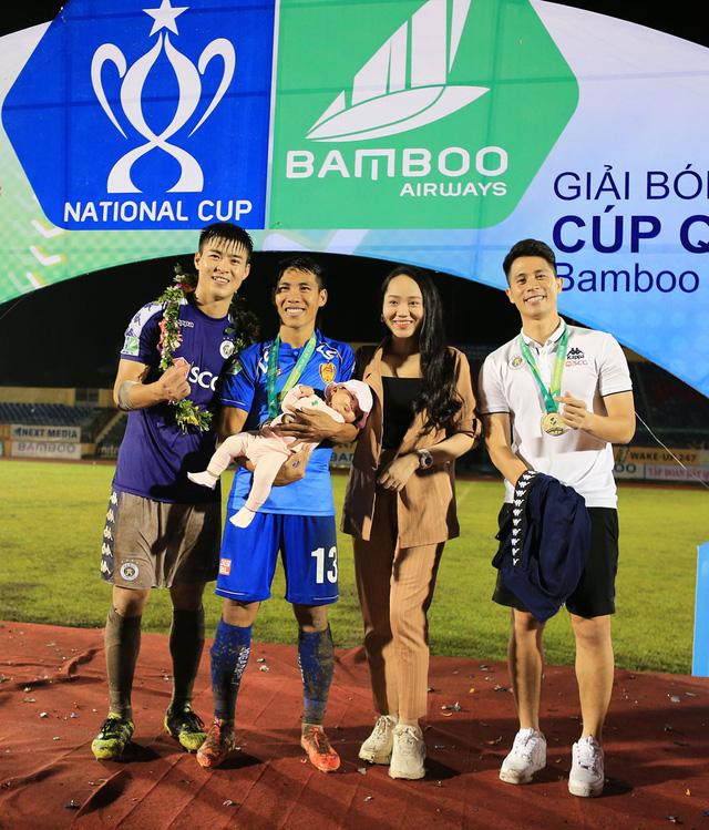 ẢNH: CLB Hà Nội ăn mừng danh hiệu vô địch Cúp Quốc gia đầu tiên trong lịch sử đội bóng - Ảnh 15.