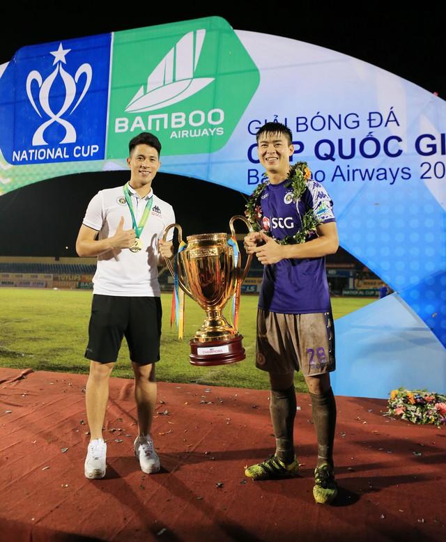 ẢNH: CLB Hà Nội ăn mừng danh hiệu vô địch Cúp Quốc gia đầu tiên trong lịch sử đội bóng - Ảnh 13.