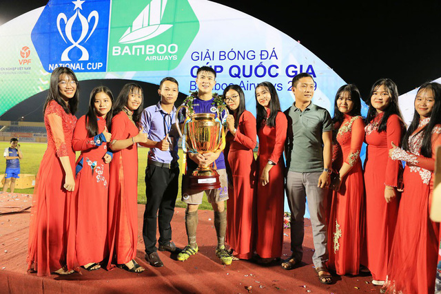 ẢNH: CLB Hà Nội ăn mừng danh hiệu vô địch Cúp Quốc gia đầu tiên trong lịch sử đội bóng - Ảnh 12.