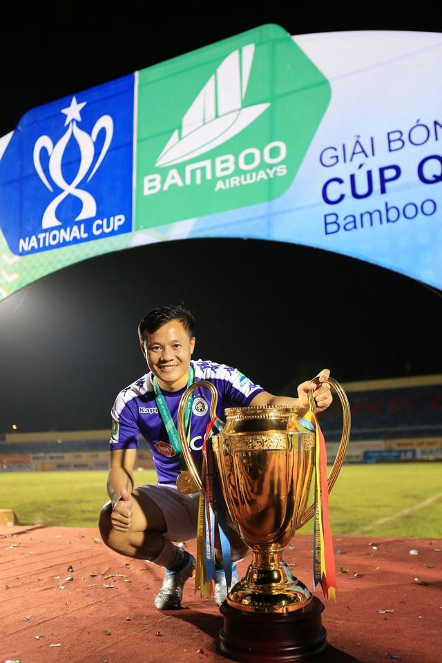 ẢNH: CLB Hà Nội ăn mừng danh hiệu vô địch Cúp Quốc gia đầu tiên trong lịch sử đội bóng - Ảnh 10.