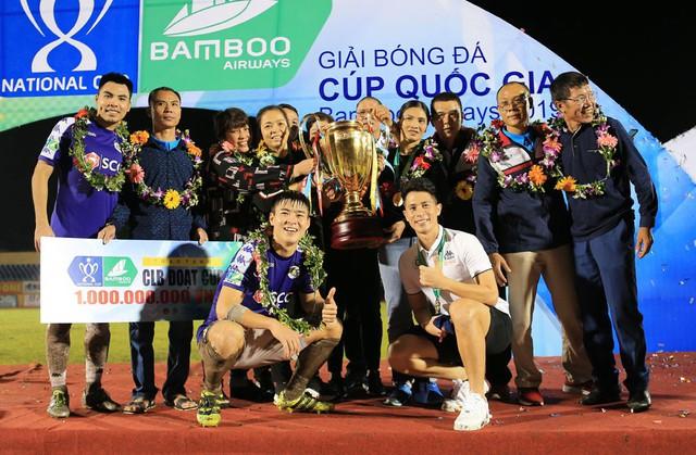ẢNH: CLB Hà Nội ăn mừng danh hiệu vô địch Cúp Quốc gia đầu tiên trong lịch sử đội bóng - Ảnh 9.