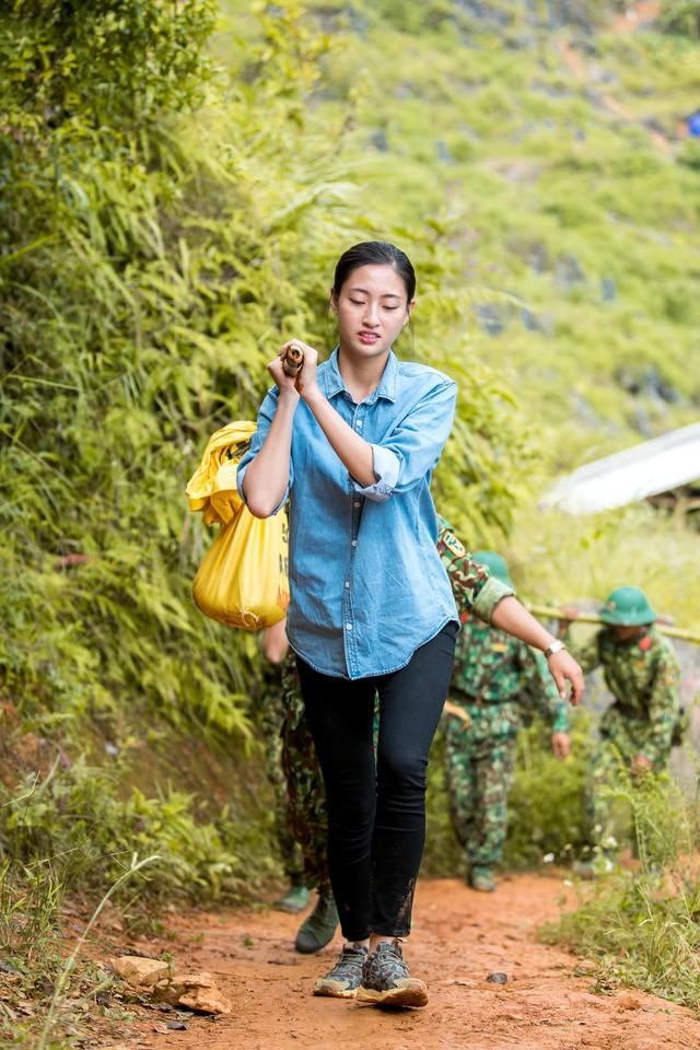 """Hoa hậu Lương Thùy Linh té ngã khi vác vật liệu """"Đắp đường, xây ước mơ"""" - Ảnh 2."""