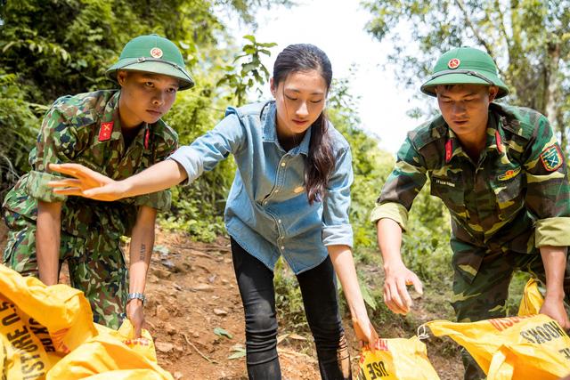 """Hoa hậu Lương Thùy Linh té ngã khi vác vật liệu """"Đắp đường, xây ước mơ"""" - Ảnh 3."""