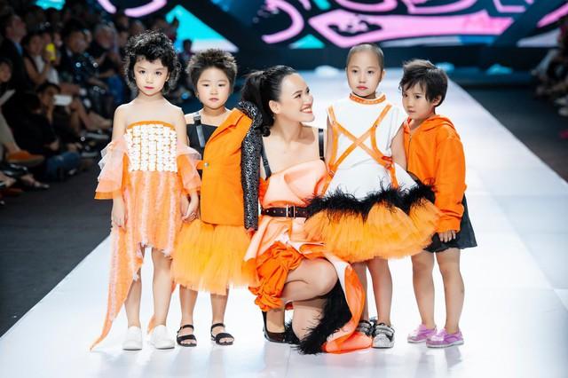 Cao Thái Hà, Tuyết Lan đồng hành cùng NTK Ivan Trần giúp đỡ trẻ em ung thư - Ảnh 1.