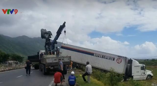 Gió thổi mạnh, nhiều xe tải nặng lao xuống ruộng - Ảnh 1.