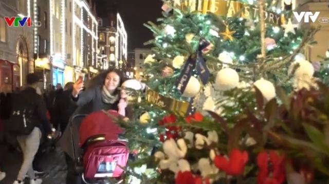 Truyền thống bật đèn Giáng sinh sớm tại Anh - Ảnh 1.