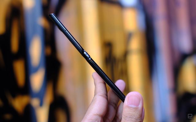 Cận cảnh Motorola Razr 2019: Đắt có xắt ra miếng? - Ảnh 11.
