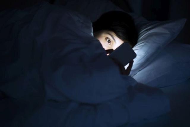 Bị mù tạm thời do dùng smartphone suốt đêm - ảnh 1
