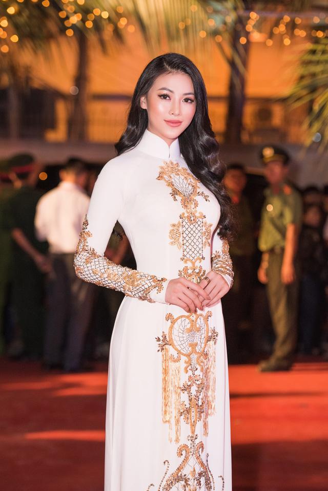 Hoa hậu Phương Khánh diện áo dài nền nã dự khai mạc Lễ hội Dừa Bến Tre 2019 - Ảnh 7.