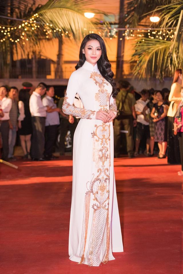 Hoa hậu Phương Khánh diện áo dài nền nã dự khai mạc Lễ hội Dừa Bến Tre 2019 - Ảnh 6.