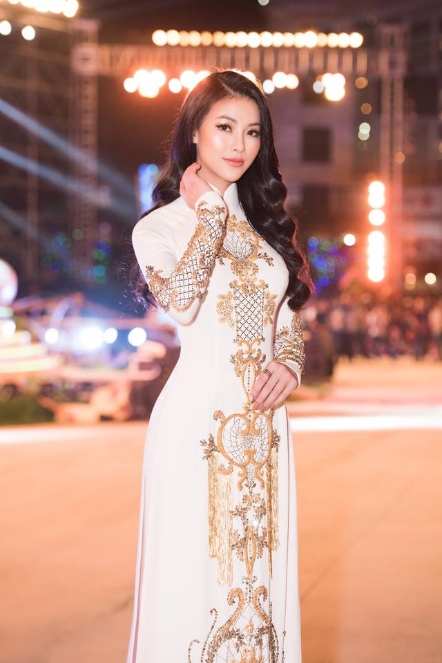 Hoa hậu Phương Khánh diện áo dài nền nã dự khai mạc Lễ hội Dừa Bến Tre 2019 - Ảnh 1.