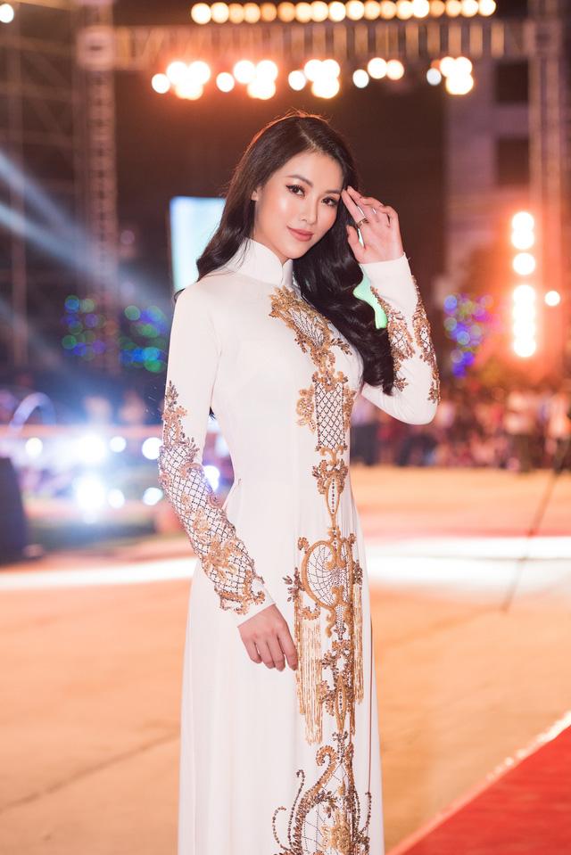 Hoa hậu Phương Khánh diện áo dài nền nã dự khai mạc Lễ hội Dừa Bến Tre 2019 - Ảnh 3.