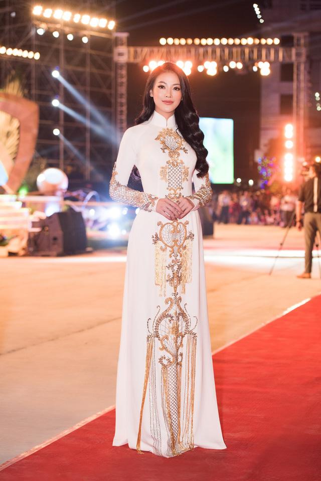 Hoa hậu Phương Khánh diện áo dài nền nã dự khai mạc Lễ hội Dừa Bến Tre 2019 - Ảnh 2.