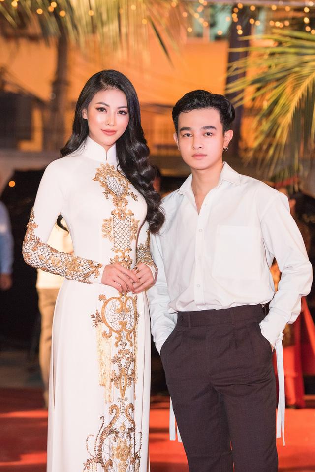 Hoa hậu Phương Khánh diện áo dài nền nã dự khai mạc Lễ hội Dừa Bến Tre 2019 - Ảnh 4.