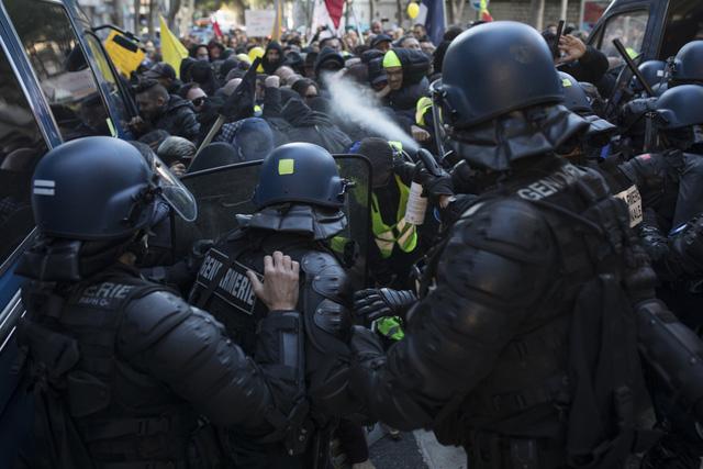Pháp bắt giữ hàng trăm người biểu tình quá khích - Ảnh 2.