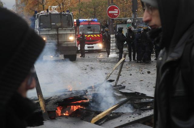 Pháp bắt giữ hàng trăm người biểu tình quá khích - Ảnh 1.